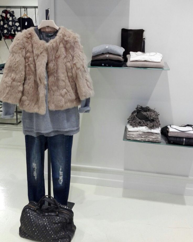 •Pelliccia lapin  •Maglia grigia  •Canotta lurex  •Jeans  •Borsa borchie