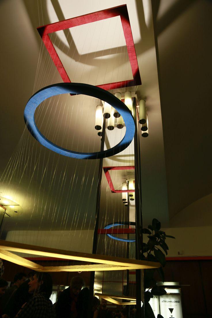 A Hello Wood Factory installációja Bauhaus formákból és színekből.