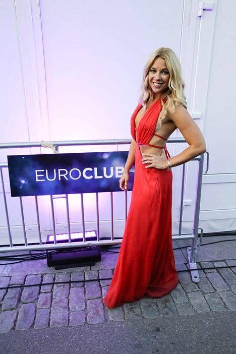 Krista Siegfrids työskenteli tämänvuotisten euroviisujen punaisella matolla Ylen toimittajana, mutta käänsi silti katseita punaisella ja paljastavalla asullaan, joka on Katri Niskasen käsialaa.
