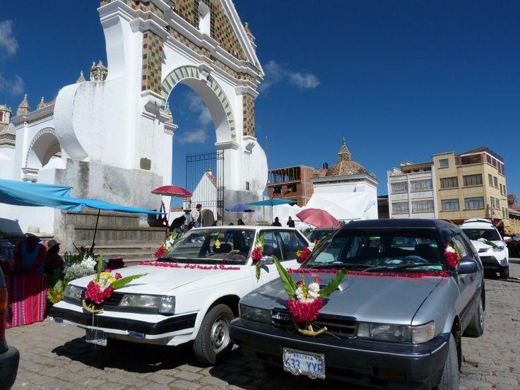 Auto's worden gezegend in Copacabana aan het Titicacameer, Bolivia