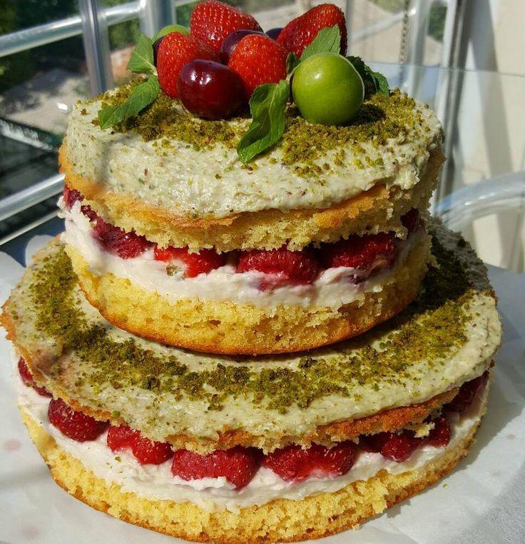 En güzel mutfak paylaşımları için kanalımıza abone olunuz. http://www.kadinika.com Sütsüz  Naked Cake  Uzunca bir aradan sonra yeniden bu aralar oldukça popüler olan Naked Cake ile burdayiz  Pastamizin özelliği sütsüz Arzuya göre yumurtasiz olmasi  Kek için  6 yumurta (yada 3 yumuşak ezilmiş muz) 1.5 sb portakal suyu  1.5 sb sıvıyağ  1.5 sb şeker Vanilya kabartma tozu 4.5 sb un 170 derecelik fırında iki kalıp halinde 45 50 dk. pişirilir.  Krema için  1 lt lik soya h.cevizi badem sütü  4 yk…