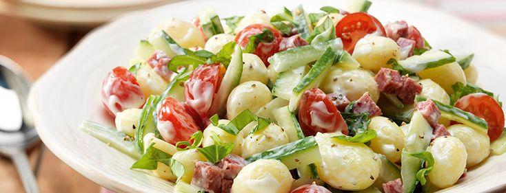 Aardappelsalade met komkommer, salami, basilicum en cherrytomaat - Calvé