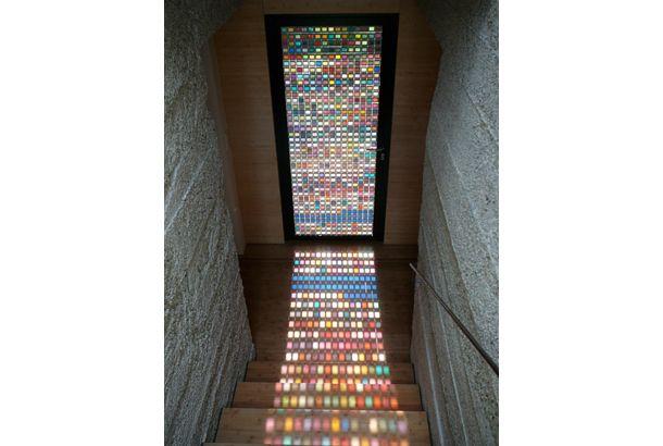 Armin Blasbichlerが制作したパントーンの色見本を使ったステンドグラスの扉の紹介。