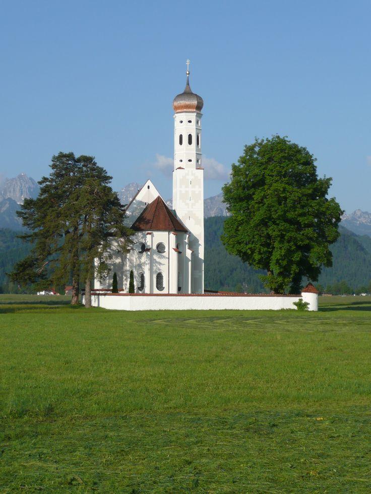 Nicht entgehen lassen sollte man sich auch die wunderschöne barocke #Wallfahrtskirche #St.Coloman in #Füssen. Die #Kirche ist auf freiem Feld in atemberaubender #Natur am Fuß der Schwangauer #Berge gelegen.  http://www.alpenstuben.de/de/
