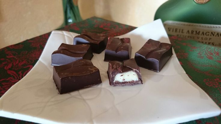 Xocolata 75%, interior iogurt i xocolata blanca.