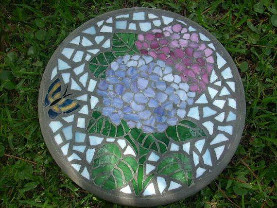 Vitrail et béton tremplin. Beau, lumineux vitrail représentant deux hortensias colorés. -La pierre est personnalisée avec le vitrail étant coupé à la