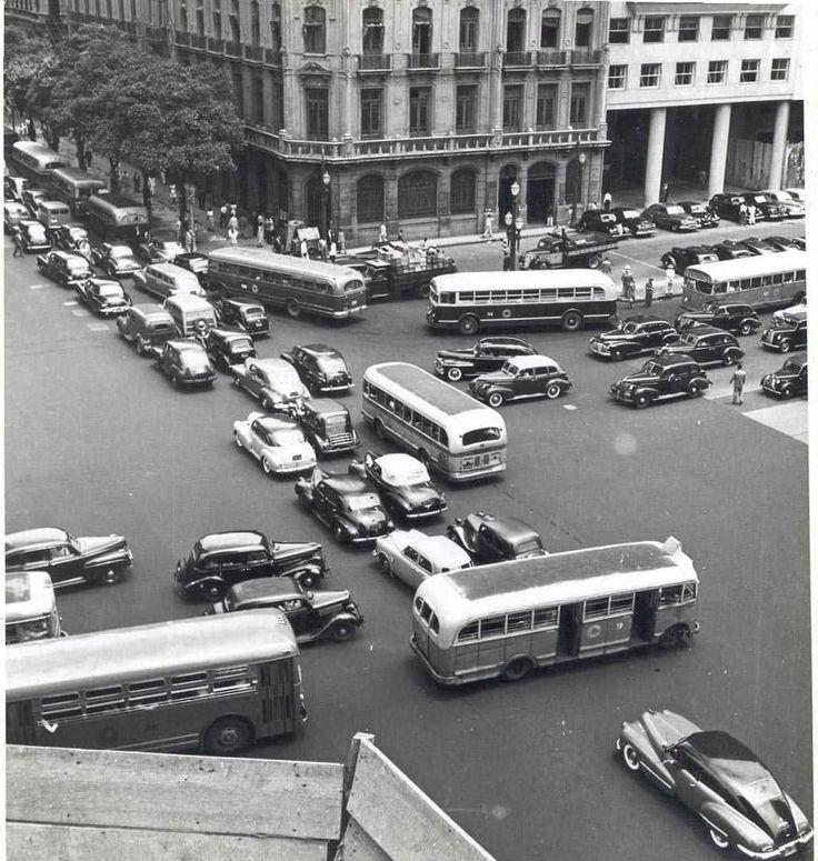 No traffic lights, no drama. Avenida Presidente Vargas & Avenida Rio Branco, 1950. Rio de Janeiro, Brazil.