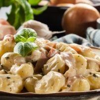 Pasta met kip, paprika en champignons in zachte currysaus