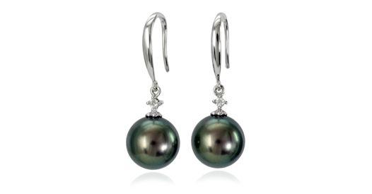 Eleganckie kolczyki z czarnymi perłami. Najwyższej klasy perły morskie Tahiti - idealnie okrągłe, o nieskazitelnej powierzchni i wspaniałym blasku. Klasyczna oprawa z białego złota w formie bigli zdobionych brylantem.  Doskonały dodatek do garderoby każdej Pani. Kolczyki znakomite na każdą okazję, na małe i duże wyjścia. Znakomity pomysł na elegancki prezent dla Wyjątkowej Osoby.  #kolczyki #earrings #perły #pearls #perlas #perolas #жемчуг #złoto #whitegold
