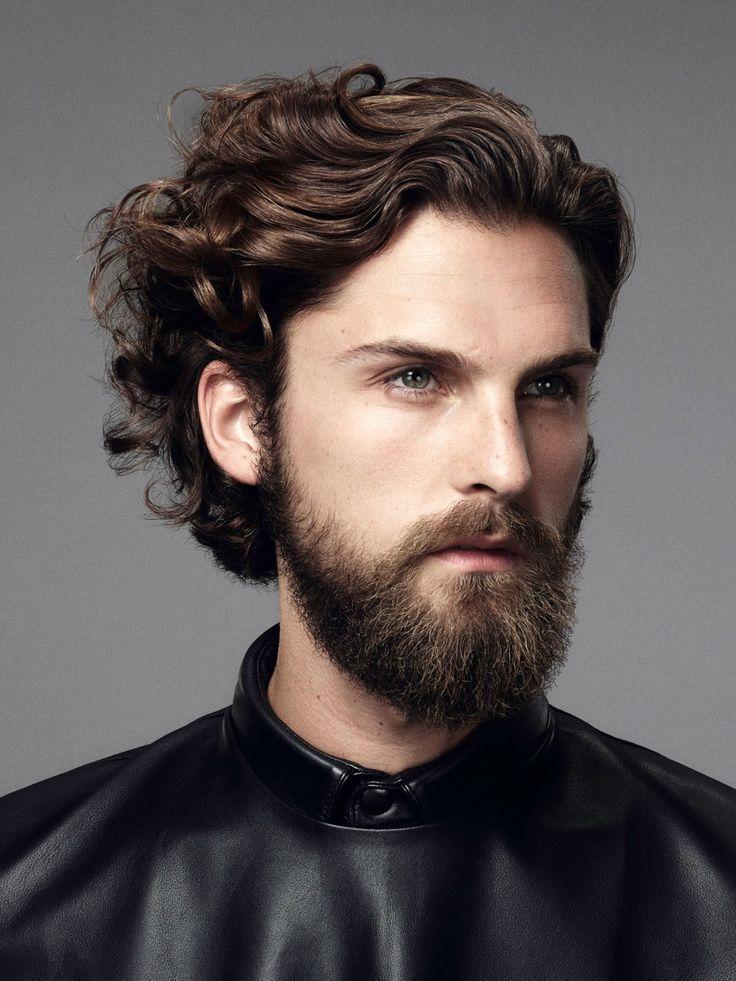 Coole Männerfrisur für lockiges Haar: Auch Männer dürfen zu Volumenschaum greifen - Haarschaum in das handtuchfeuchte Haar einarbeiten und das Haar zurückföhnen.Hier zeigen wir euch noch mehr Lockenfrisuren für Frauen: Lockenfrisuren 2015