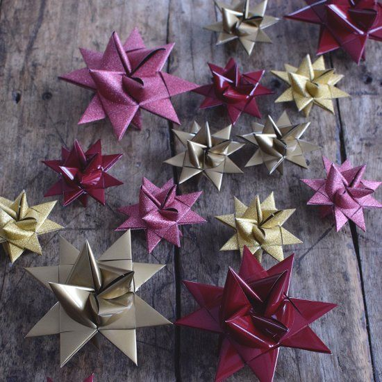 Learn to fold paper stars with this picture tutorial. Beautiful decoration for the Christmas tree or table setting. (Swedish)
