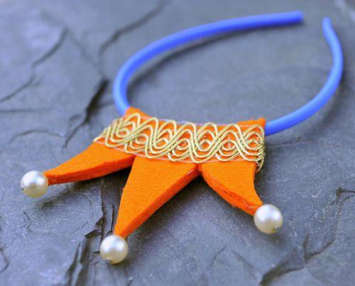 Oranžová korunka s modrou čelenkou