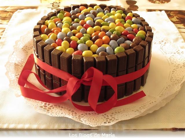 Los Blogs de María: #Todosconmanu Tarta de chocolatinas (tarta kitkat y lacasitos)