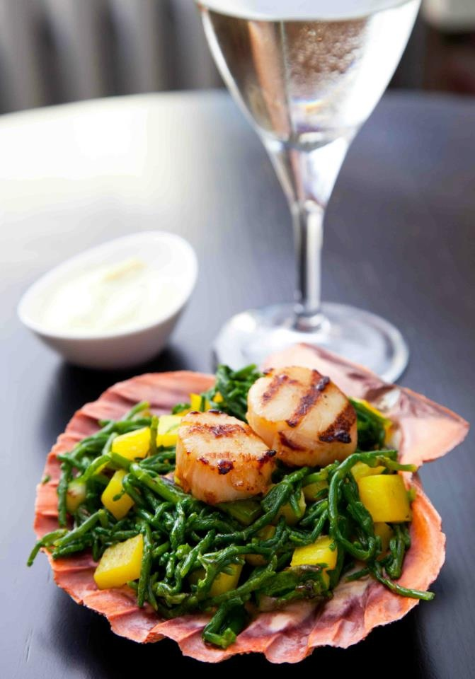 Deniz taragi, safranli patates ve deniz börülcesi yesil sogan aioli sos ile...