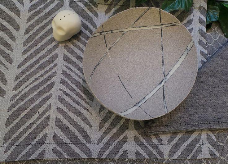 Lo studio Elica disegna per L'Arcolaio una linea di tessuti per l'arredo tavola.  Ciotola Opificio ceramico Alfredo Gioventù in vetrina da Creativity Oggetti