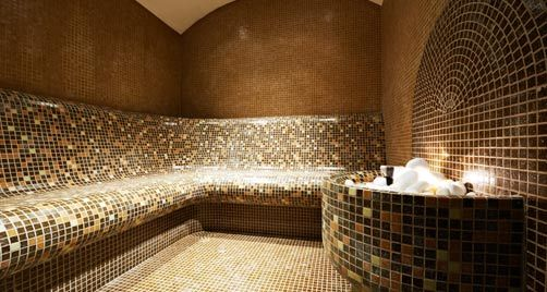 O vapor causa na pele a dilatação dos poros o que facilita na remoção de sujidade na limpeza profunda da pele.