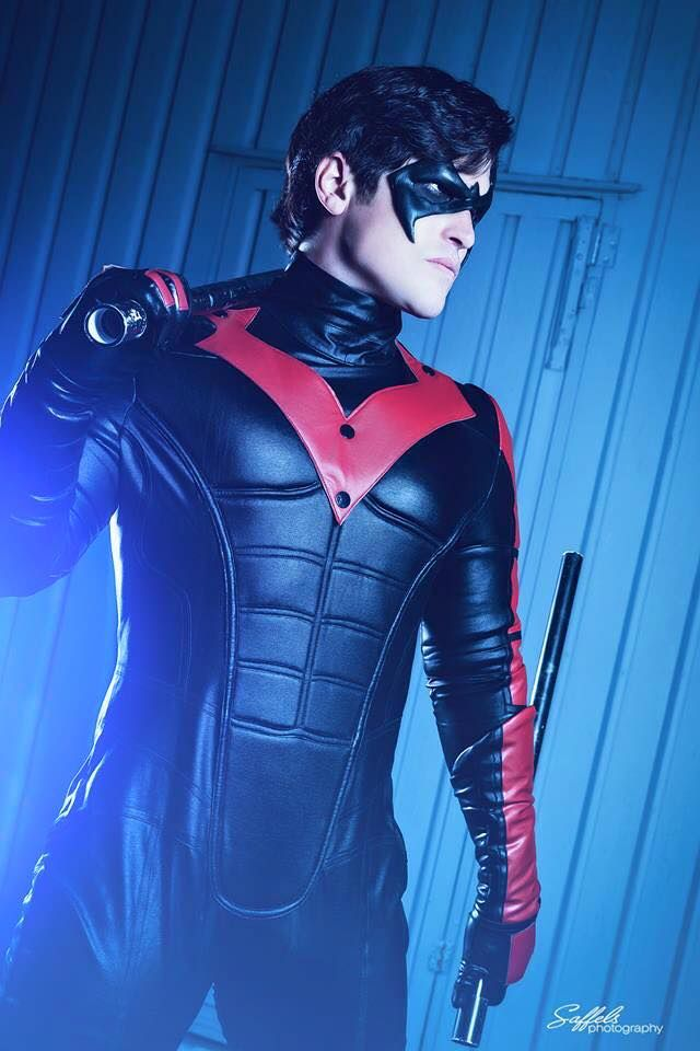 HOLY COW! This guy looks TOTALLY like nightwing! WHOA MAN