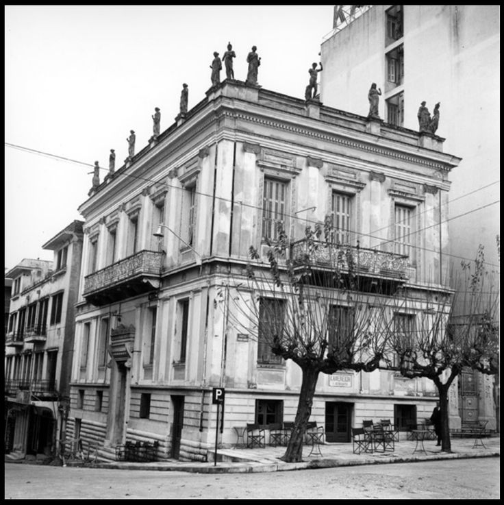 Μέγαρο Βουρλούμη στα Ψηλαλώνια, την τελευταία περίοδο πριν την κατεδάφισή του. Ήταν ιδιοκτησία τής Παναχαϊκής Γ.Ε., 1969