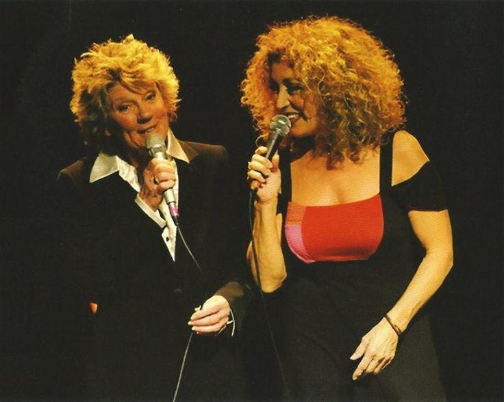 Belle photo de Clémence Desrochers et Marie Michèle Desrosiers en spectacle.