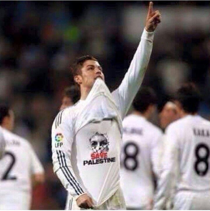 Christiano Ronaldo wearing a #FreePalestine shirt.