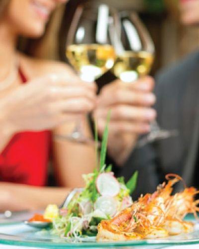 En smakfull middag med vinpakke til er en perfekt gave til livsnyteren. En kveld med gode samtaler og nøye komponert drikke til gir hyggelig kvalitetstid sammen.