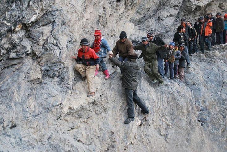 Cina, alla fine del trimestre, gli studenti del villaggio di Pili, nella regione autonoma di Xinjiang Uighur, devono affrontare un viaggio di 200 km tra burroni, montagne scoscese e fiumi ghiacciati per tornare a casa