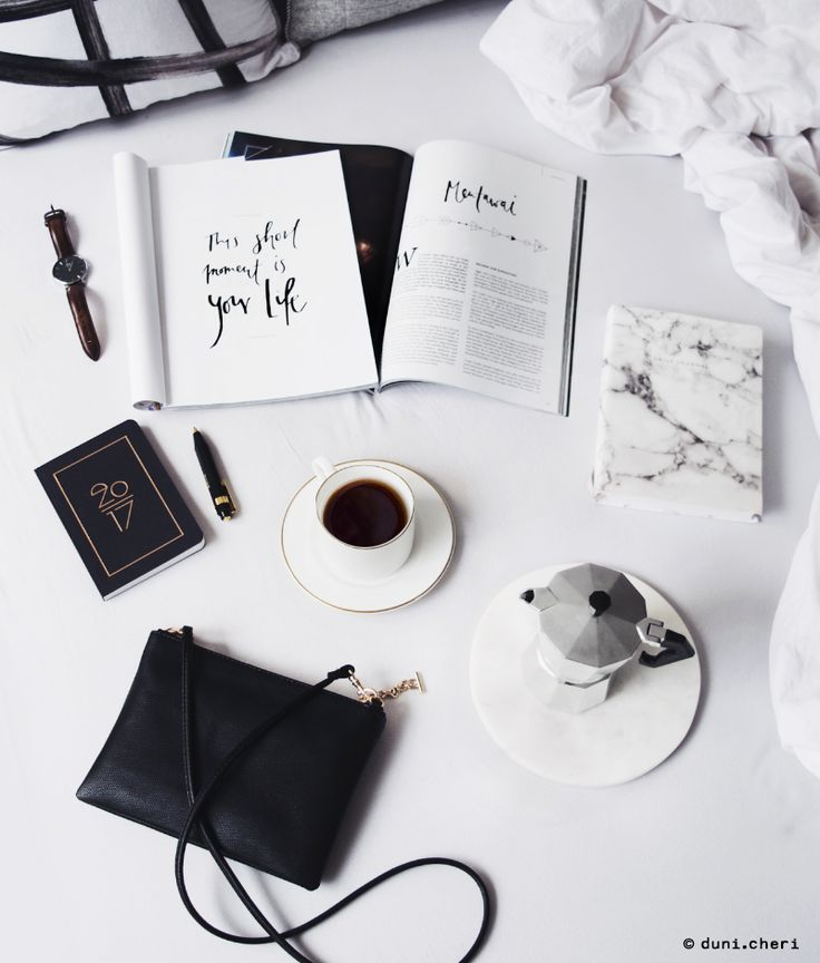Schwarze Tasche leder gold Magazin Kaffee