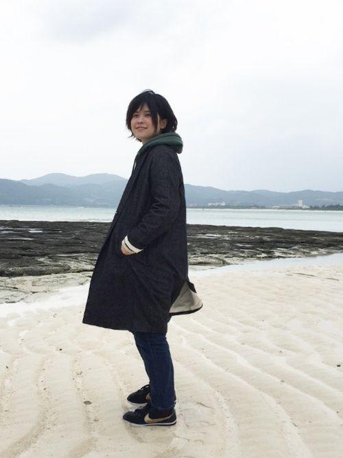 猫背、 GUのグリーンパーカーが黒のコートと合います。 ここは、久米島の亀岩。