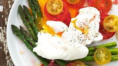 Asperges met tomatensalade en gepocheerde eieren: