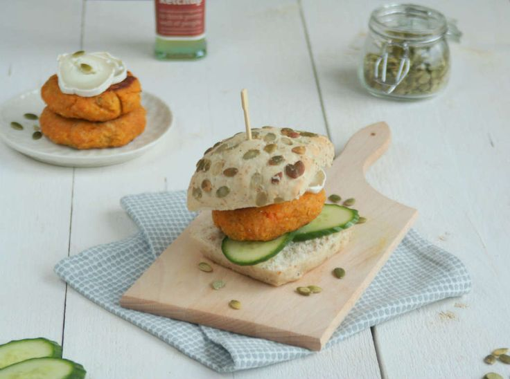 Fastfood friday met zelfgemaakte vegetarische burgers. Probeer eens mijn pompoen zoete aardappel burgers met geitenkaas.