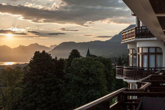 Лучшим европейским курортом признали Hotel Royal (Hotels & Preference) во французском городе Эвиан. Проживание здесь обойдется в сумму от 330 евро (стандартный номер без завтрака) до 2800 евро (президентский люкс с видом на Женевское озеро)