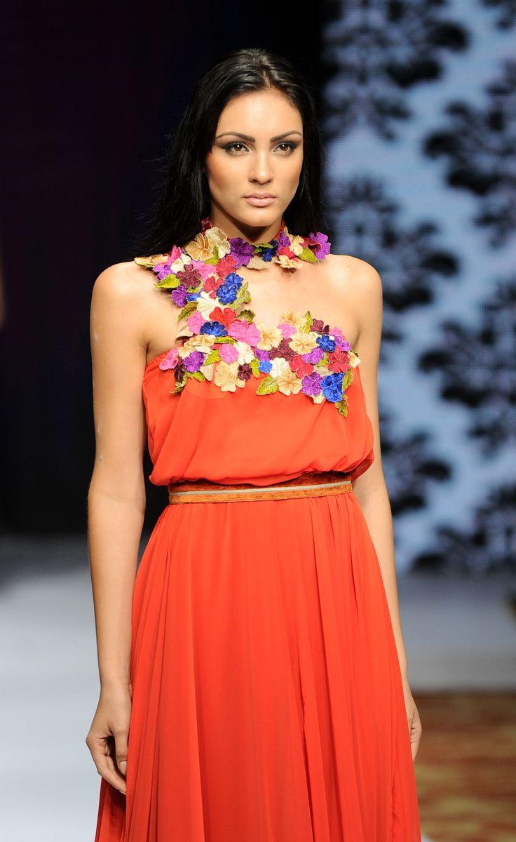Una modelo visualiza una creación de la diseñadora de moda de Sri Lanka Indi en la semana de moda de Colombo. La semana Colombo moda comienza el 12 de marzo con diseñadores de Sri Lanka, India, Pakistán y Bangladesh que muestran su trabajo durante los tres días evento. (Ishara S. Kodikara / AFP)
