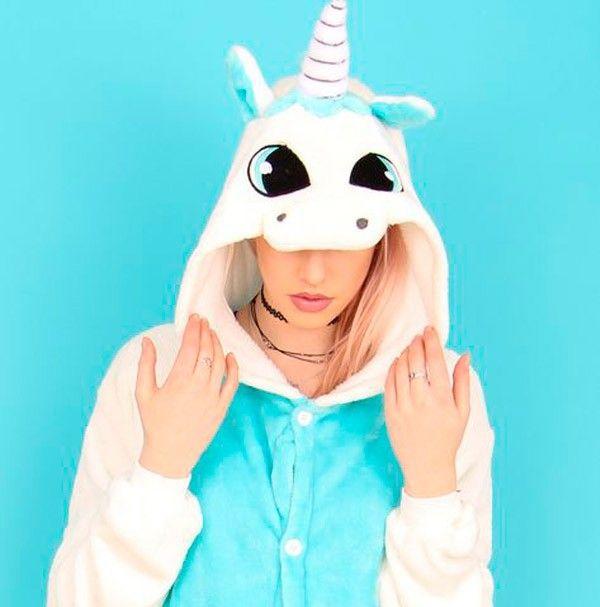 Pocos animales mitológicos nos fascinan tanto como los unicornios. ¿Quién no quiso cuando era pequeña o pequeño tener un unicornio? Este animal de aspecto fuerte y a la vez juvenil, representa la nobleza, pureza y lo espiritual. Si te encantan estas mágicas criaturas te presentamos 25 cosas que todo amante de los unicornios debe tener. . Fuente: Pinterest Te puede interesar20 hermosos tatuajes en …