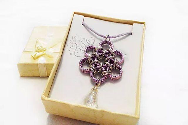 #Ciondolo realizzato con la #tecnica #chainmaille con #anelli #viola e #argento #pendant #rings #silver #purple #drop #handmade #handmadejewelry #ambrosiascreation