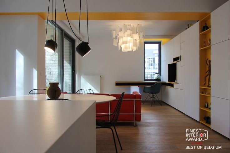 Aménagement d'un appartement au Carré vert d'Uccle à Bruxelles aux tons très graphiques et épurés. En créant un meuble sur mesure, et au touche de couleur.