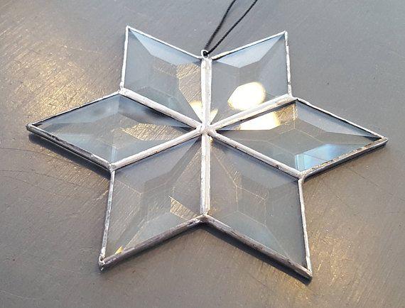 6 diamantes en forma de cristal biselado, soldado a la estrella forma un punto de seis. Aproximadamente seis pulgadas a través. Luce muy bien en una ventana con el sol brillando a través.