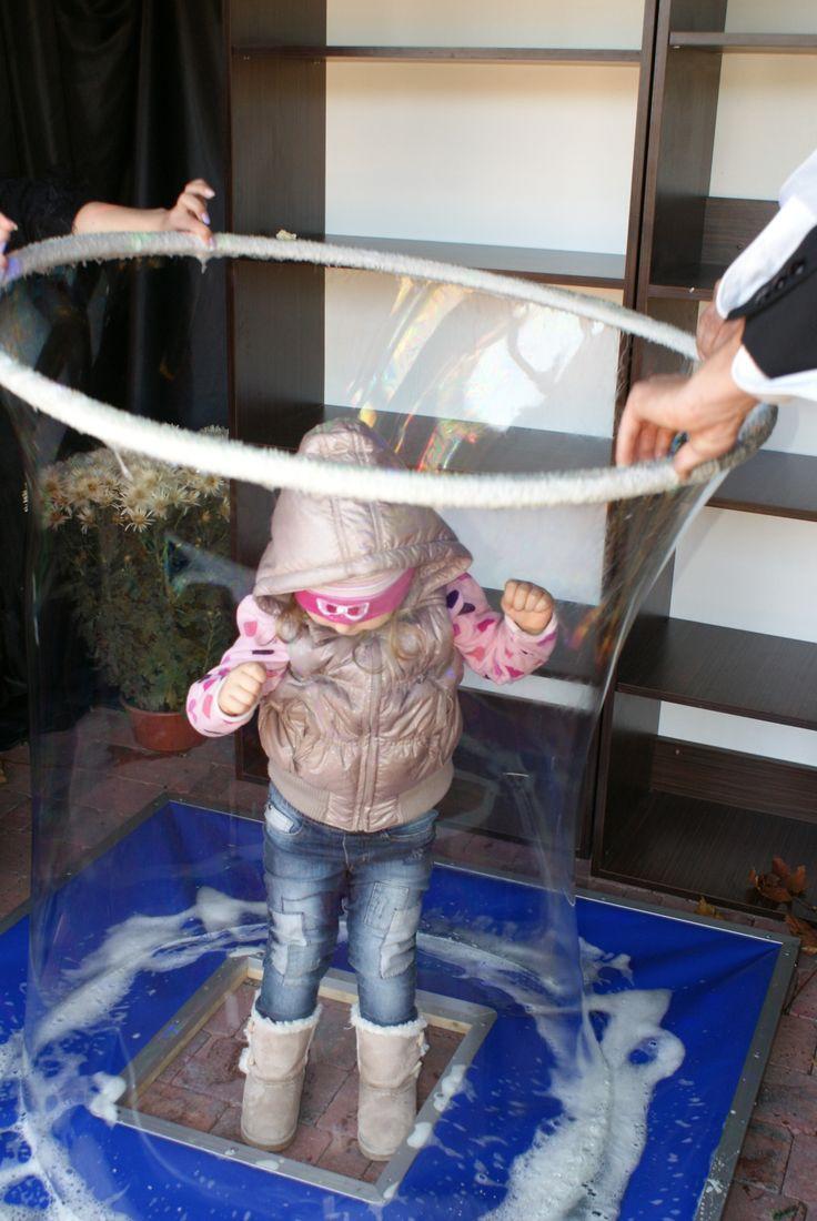 Bańki mydlane - zapraszamy na magiczne warsztaty z bańkami! Niektóre są tak wielkie, że zmieszczą się w nich dzieci.