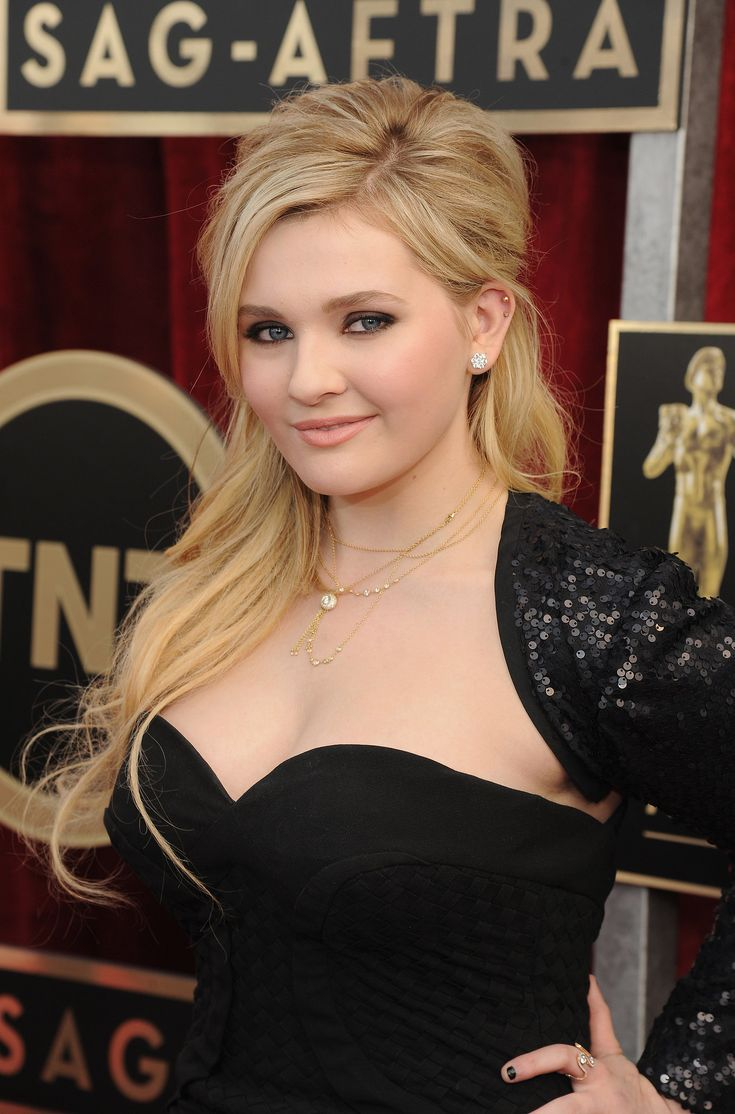Abigail Breslin wore the popular smoky eye at the SAG Awards