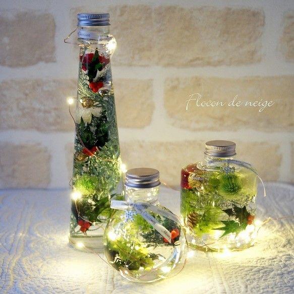 クリスマス限定、新作のハーバリウムは3個セットでLEDの電飾付き。レッド&グリーンはトラディショナルで温かみのあるクリスマスを演出できます。ホワイト&ゴールドのセットもございます。https://www.creema.jp/item/4807062/detail瓶の口元にはFlocon de neigeスタイルでチャーム付き。クリスマスはシルバーの雪の結晶のチャームとMerry Christmasの文字入りリボンでオシャレに。★資材の数に限りがございますのでお早めに!クリスマス・贈り物・新築祝い・ 各種お祝い もちろんご自分用にインテリアとして花材:プリザーブドフラワーのあじさい・カスミソウ・葉物 ドライの実物(アソートで入っておりますのでその時々で違います) ゴールドボール オイル:ミネラルオイルガラス瓶 ★ご購入前にお読みください★http://www.creema.jp/exhibits/show/id/2304464透明感のあるオイルの中で綺麗な状態を長く楽しめる...