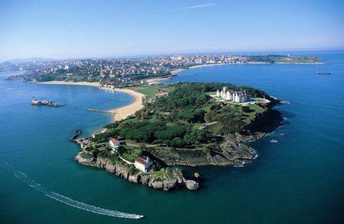 #Cantabria es una de las tierras españolas con mayor riqueza #paisajística, #cultural y #gastronómica, por supuesto allí destaca #Santander y su playa de #ElSardinero http://www.guias.travel/blog/playa-del-sardinero/ Propuesta de paseo costero http://www.hotelessantander.com/?page=paseocosteroporsantander.php