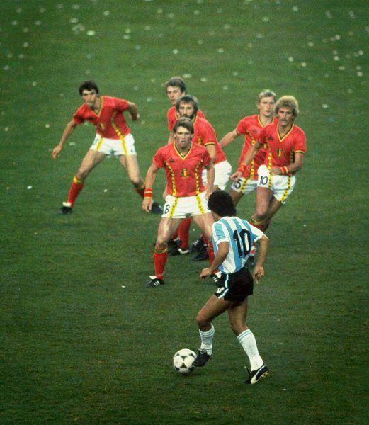 Sechs Belgier beobachten im Vorrundenspiel der WM 1982 interessiert, wie Diego...