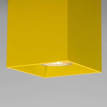Spot Qubo 1 geel - Super strakke design spot volledig gemaakt van aluminium in een fraaie structuur lak afgewerkt. Ook de binnenkant waar de lamp in zit is op kleur gebracht. Erg leuk met meerdere bij elkaar ook in verschillende kleuren.