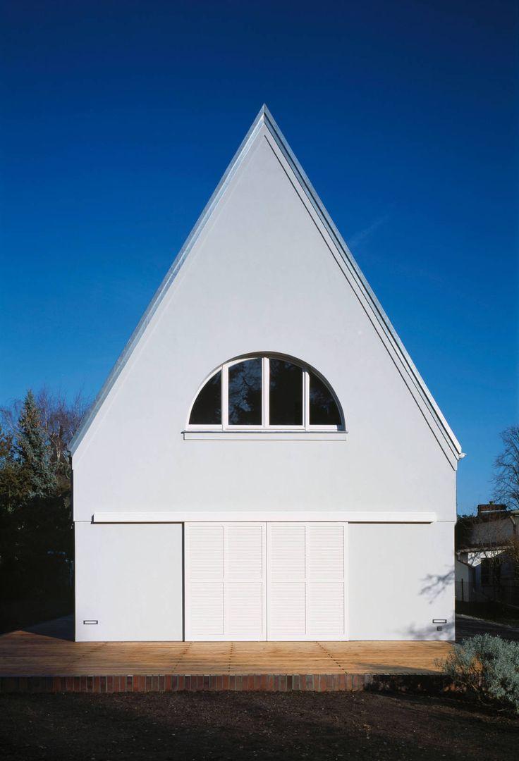 Ein Haus am Branitzer Park in Cottbus plante das Architekturbüro Eingartner Khorrami Architekten BDA auf einem besonders schmalen Grundstück.