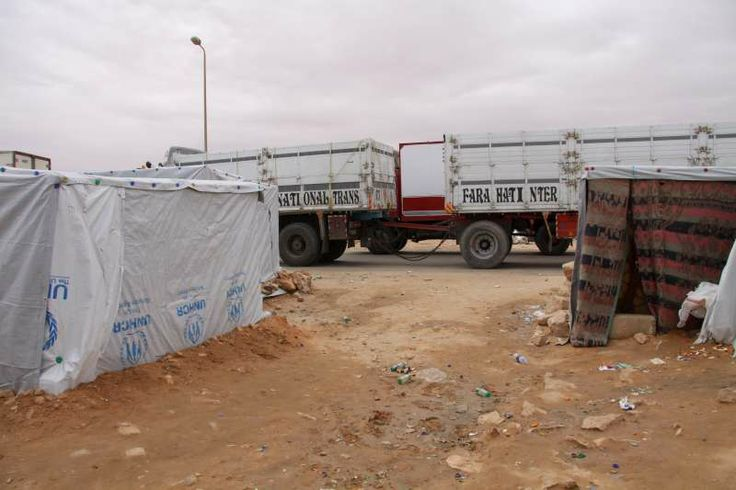 The camp at Sallum is located between two busy roads. Big trucks pass very close to some of the makeshift homes. ©UNHCR/L. Dobbs