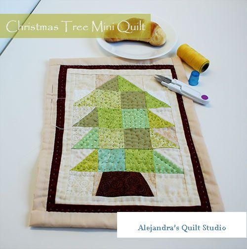 Christmas tree mini quilt tutorial, patron gratis y tutorial completa en espanol para hacer esta linda mini quilt con un arbol de Navidad #miniquilt #quilt #patchwork #acolchado #colchadeparches #patronesgratis #tutorialdecostura