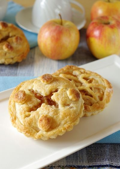 Un rotolo di pasta Sfoglia, una mela, un po' di cannella, zucchero ed ecco che in 10 minuti si preparano delle ottime Apple Pie!  Clicca e scopri la #ricetta...