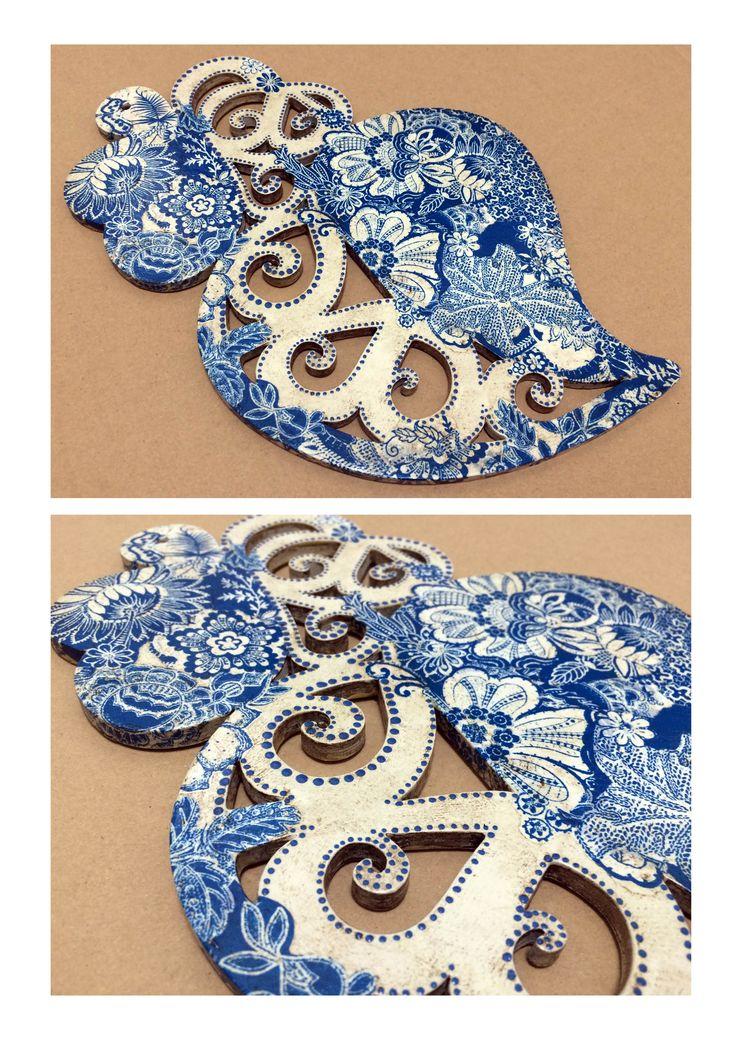 Coração em madeira de choupo pintado e decorado conforme a inspiração do momento. Recortes de detalhes de papel découpage. Ponteado com tinta acrílica. Acabamento com patine de envelhecimento.