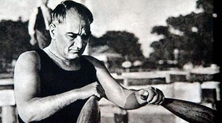 Atatürk'ün Florya sahilinde yüzmesi ve kürek çekmesi