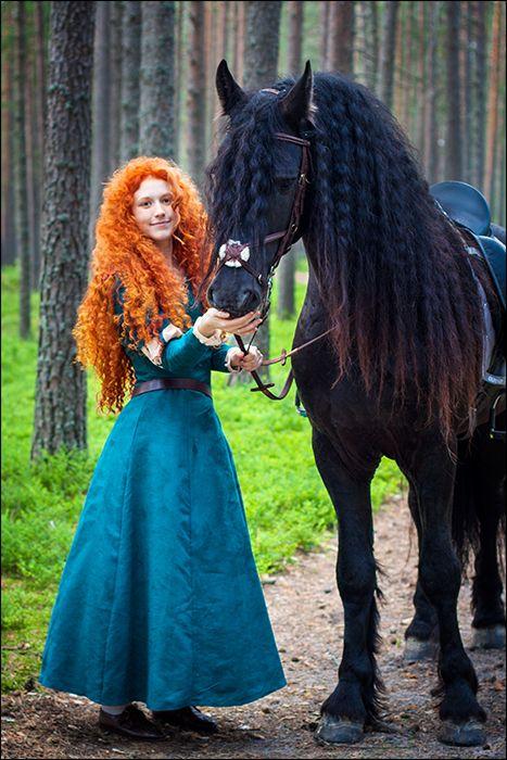 Bellissimo il cosplay di merida, anche se il suo cavallo non è un frisone orientale ma un gipsy vanner!