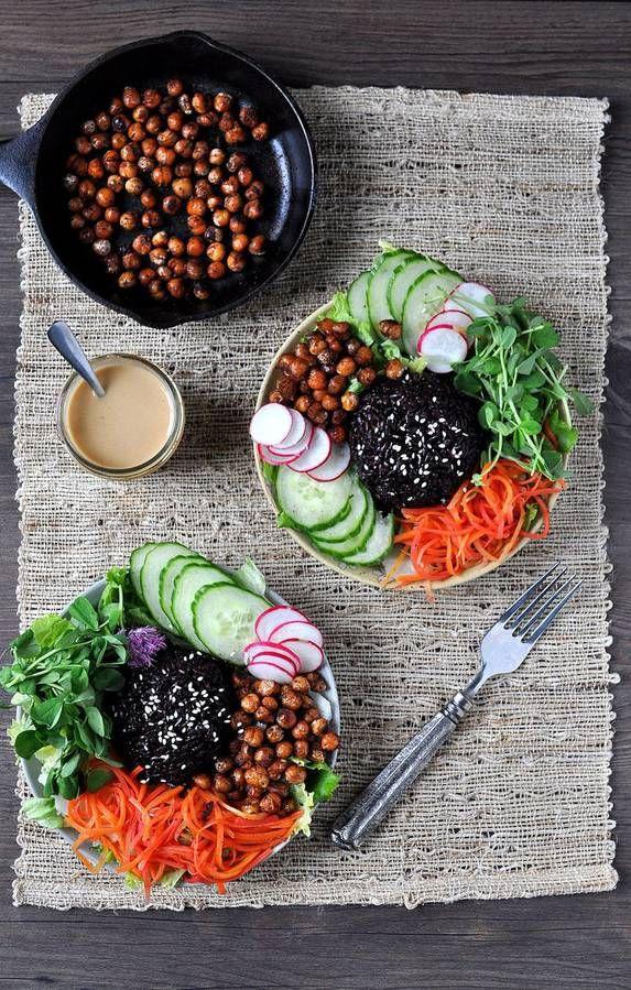 Riz noir + pois chiche + carotte + concombre + radis + laitue + graines de sésame sauce : tahini + sirop d'érable + sauce soja + huile de sésame + jus de citron